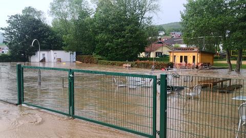 Das Schwimmbad Dautphetal steht unter Wasser