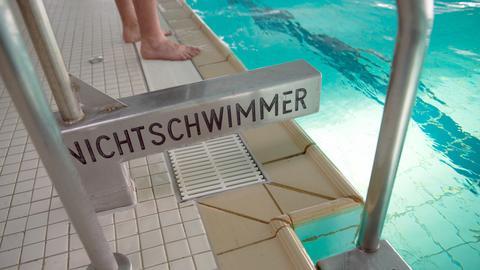 Ein Schild am Beckenrand verweist auf Nichtschwimmer.