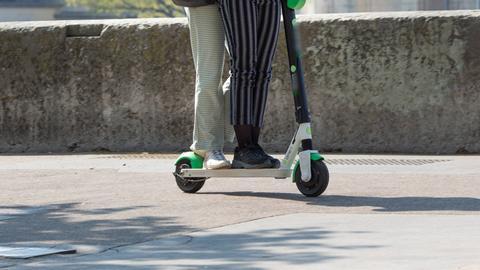 Zwei Personen auf E-Scooter