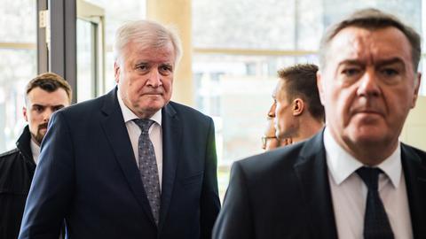 Bundesinnenminister Seehofer (l.) mit OB Kaminsky vor Ort in Hanau