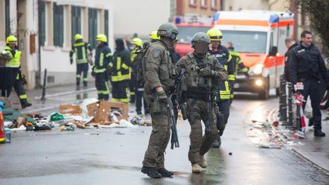 Spezialkräfte des SEK beim Einsatz in Johannisberg. Im Hintergrund: Der Hausrat, den der 49-Jährige aus seinem Fenster geworfen hat.