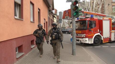 Sondereinsatzkräfte der Polizei bringen sich in Groß-Umstadt in Position.