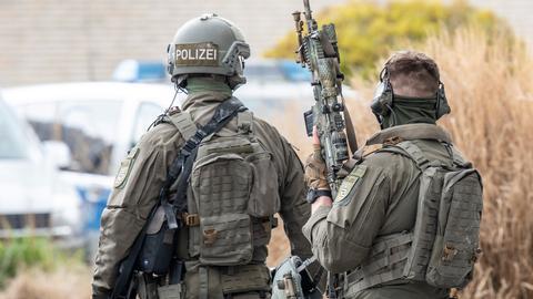 Beamte eines Spezialeinsatzkommandos (SEK) der Frankfurter Polizei stehen an einem Einsatzort im Osten der Stadt.