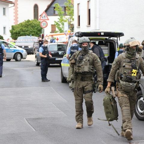 Polizei- und Spezialeinsatzkräfte vor dem Haus in Rodenbach.