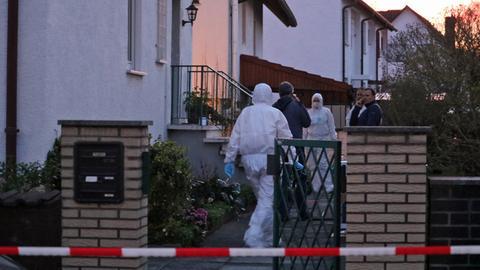 Absperrung vor dem Haus der getöteten Seniorin