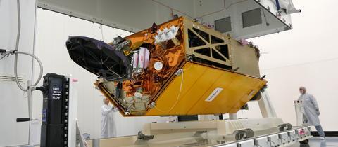 """Der Satellit """"Sentinel 6"""" wurde bei Airbus in Friedrichshafen getestet."""