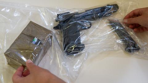Tatwaffen des Angeklagten: eine Softwair-Waffe und eine Bombenattrappe
