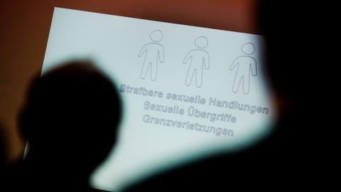 Teilnehmer betrachten bei einer Fachtagung zur Prävention von sexuellem Missbrauch eine Präsentation. (Archivbild)
