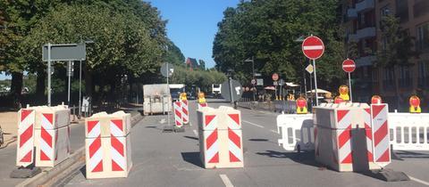 Betonsperren auf einer Straße am Frankfurter Mainufer