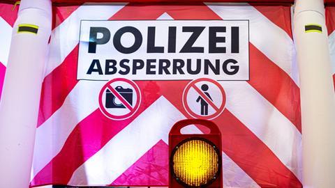 """Die rot-weiß gestreifte """"Anti-Gaffer-Schutzwand"""""""
