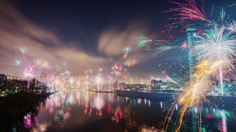 Feuerwerk vor der Frankfurter Skyline.