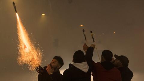 Silvesternacht in Frankfurt: Junge Männer feuern in der Frankfurter Innenstadt Raketen aus ihren Händen ab