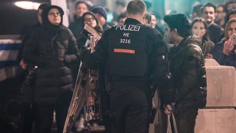 Silvesternacht in Frankfurt: Kontrollen vor der Feierzone am Mainufer in der Innenstadt