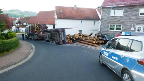 Umgekippter Holzlaster