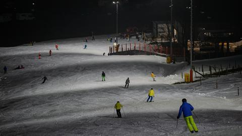 Wintersportler beim Flutlichtfahren in Willingen.