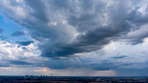 Dunkle Wolken gestern über der Skyline von Frankfurt.