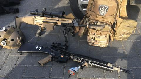 Zwei Softair-Sturmgewehre und weitere Ausrüstungsgegenstände