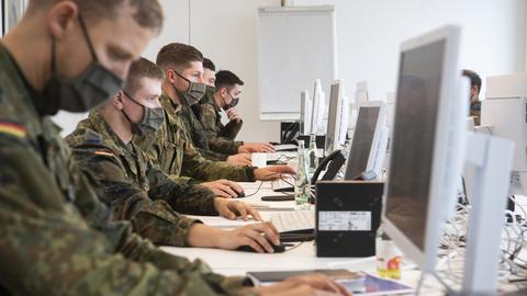 Soldaten der Bundeswehr helfen in Hannover bei der Kontaktnachverfolgung.