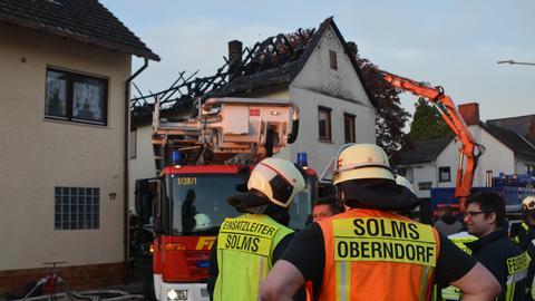 Feuerwehrleute vor einem Wohnhaus in Solms.