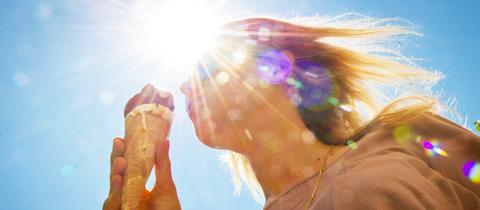 Frau isst ein Eis