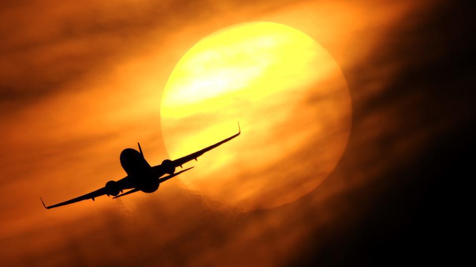 Flugzeug im Gegenlicht