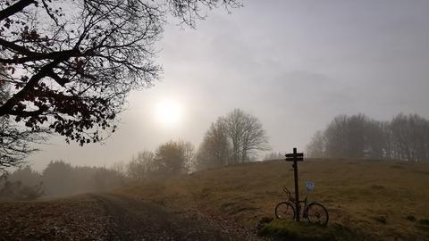 Sonne kämpft sich durch Wolken und Nebel