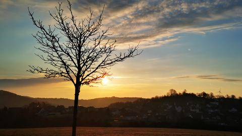 Sonnenaufgang über Hügeln
