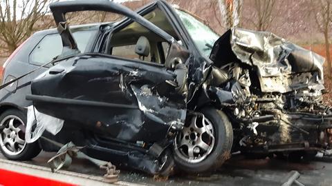 Schwer beschädigtes Auto auf Abschleppanhänger