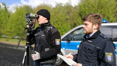 Zwei Polizisten am Messgerät