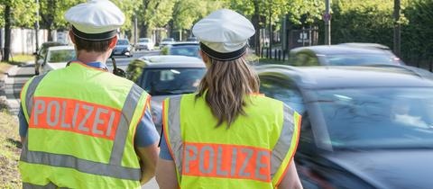 """Polizeibeamte im Einsatz - Warnwesten mit Aufschrift """"Polizei"""""""