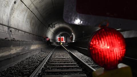 Eine rote Lampe in einem Bahn-Tunnel.