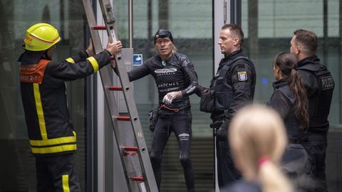 Am Fuße des Hochhauses wartete bereits die Polizei auf Robert.