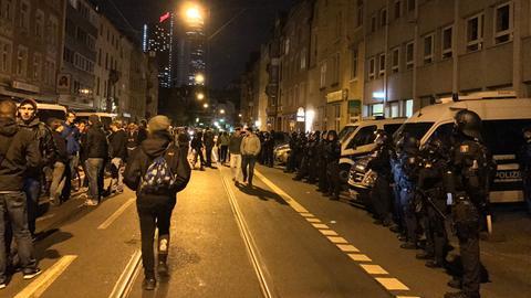 Etwa 150 Menschen versammelten sich am Abend vor dem 13. Polizeirevier in Frankfurt