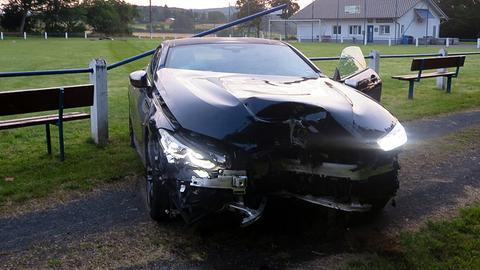 Demoliertes Auto auf Sportplatz