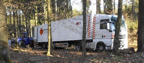 Lastwagen auf Waldweg
