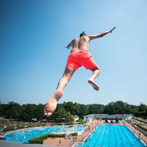 Ein Mann springt vom Zehn-Meter-Turm im Frankfurter Stadionbad