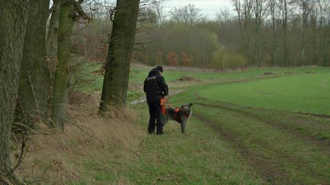 Polizist und Spürhund bei Hammersbach