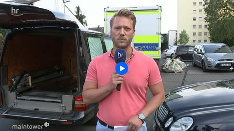 Reporter vor Haus