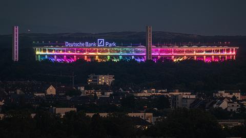 Das Frankfurter Stadion leuchtet in Regenbogen-Farben.