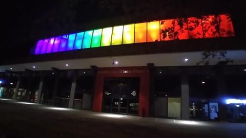Stadion am Bieberer Berg in Regenbogenfarben