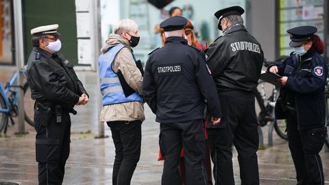 Die Frankfurter Stadtpolizei kontrolliert die Einhaltung der Maskenpflicht.