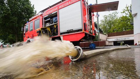 Die Feuerwehr pumpt die vollgelaufene Tiefgarage eines Hotels in Wiesbaden leer