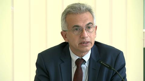 Oberbürgermeister Peter Feldmann (CDU) erläutert auf einer Pressekonferenz die neuen Corona-Maßnahmen für Frankfurt.