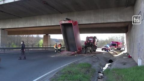 Kipper bleibt an Autobahnbrücke hängen.