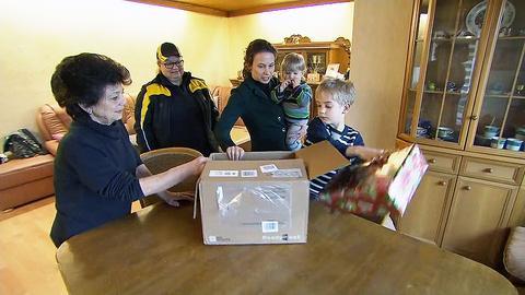 Familie Höhmann packt die verspäteten Weihnachtsgeschenke aus