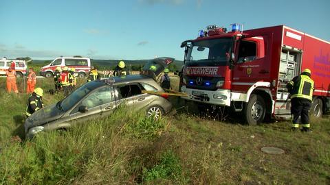 Feuerwehr zieht den Unglückswagen aus dem Graben.