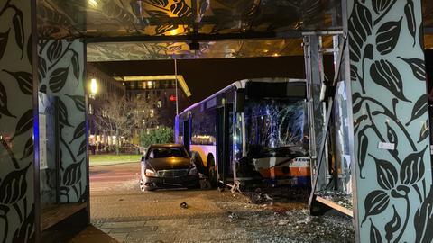 Zerstörte Bushaltestelle nach dem Busunfall am Wiesbadener Hauptbahnhof