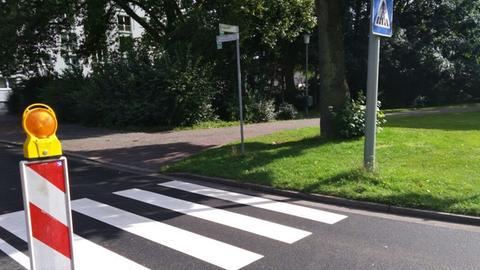 Der Zebrastreifen an der Dettinger Straße in Hanau führt von Rasen zu Rasen.