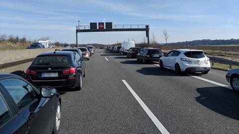 Autos nach dem Unfall im Stau auf der A5.
