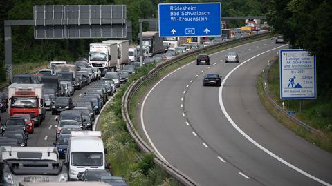 Autos stauen sich im Berufsverkehr nach der Sperrung der Salzbachtalbrücke auf der A66.